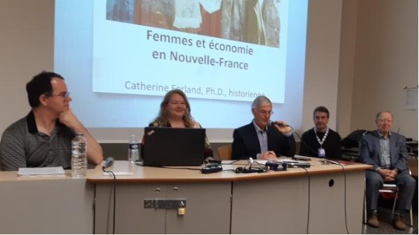 De g. à d.  Dave Corriveau, Catherine Ferland, Michel Lemay, journaliste-modérateur, Yves Beauregard et Roger Barrette, secrétaire général de la CFQLMC. Ces deux derniers sont membres de la Commission.