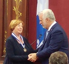 Madame Francine Lelièvre officière de l'Ordre national du Québec et le premier ministre, M. Philippe Couillard