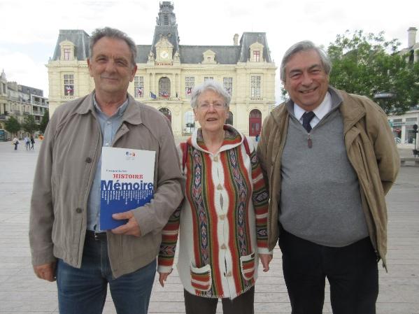 Face à la Mairie de Poitiers, de g. à d. M. Debain, C. Rouvreau, D. Racine