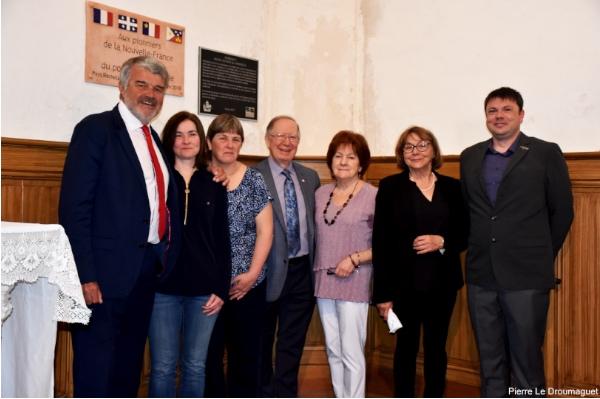 De gauche à droite: le maire Jean-François Fountaine, Line Larochelle, Ginette Larochelle, Roger Barrette de la CFQLMC, Marguerite Larochelle, Thérèse Larochelle et Fabrice Laclare, président de l'Association Pays-Rocherais-Québec.