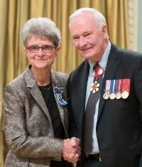 Sœur Madeleine Juneau, reçoit la Croix pour le Service méritoire