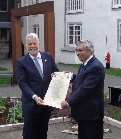 Premier ministre, M. Philippe Couillard et M. Denis Racine, président du Regroupement des partenaires du 400e