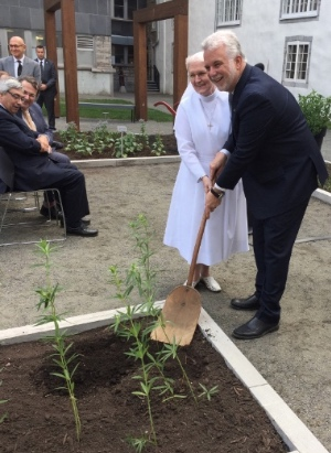 Premier ministre Couillard et Sœur Lise Tanguay, supérieure générale de la Fédération des Monastères des Augustines de la Miséricorde de Jésus