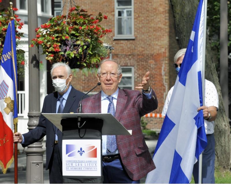M. Roger Barrette secrétaire général de la CFQLMC, présente le message sonore original de De Gaulle aux Canadiens français, le 1er août 1940.
