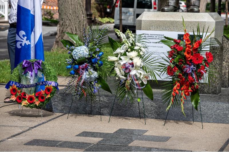 Commémoration fleurs et couronne.