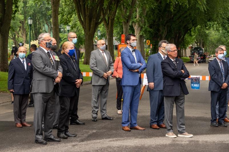 Groupe de dignitaires qui écoutent l'Appel de De Gaulle du 1er août 1940.