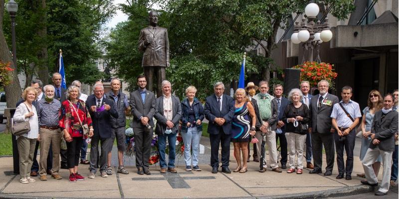 Une partie des participants à la commémoration du 80e anniversaire de l'Appel radiophonique du général de Gaulle aux Canadiens français, du 1er août 1940.