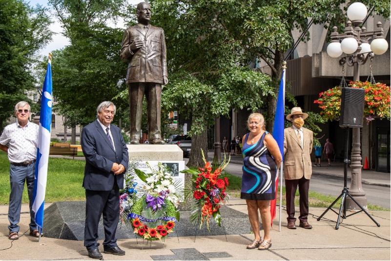 Coprésident, section Québec de la Commission franco-québécoise sur les lieux de mémoire communs M. Denis Racine et son épouse Mme Jeanne Guimond.