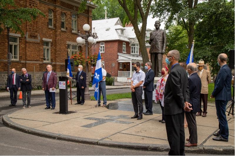 Commémoration, groupe de dignitaires qui écoutent l'Appel de De Gaulle du 1er août 1940.